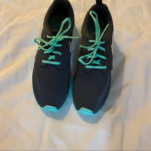 Youth Nike Roshe Shoes (6.5Y)